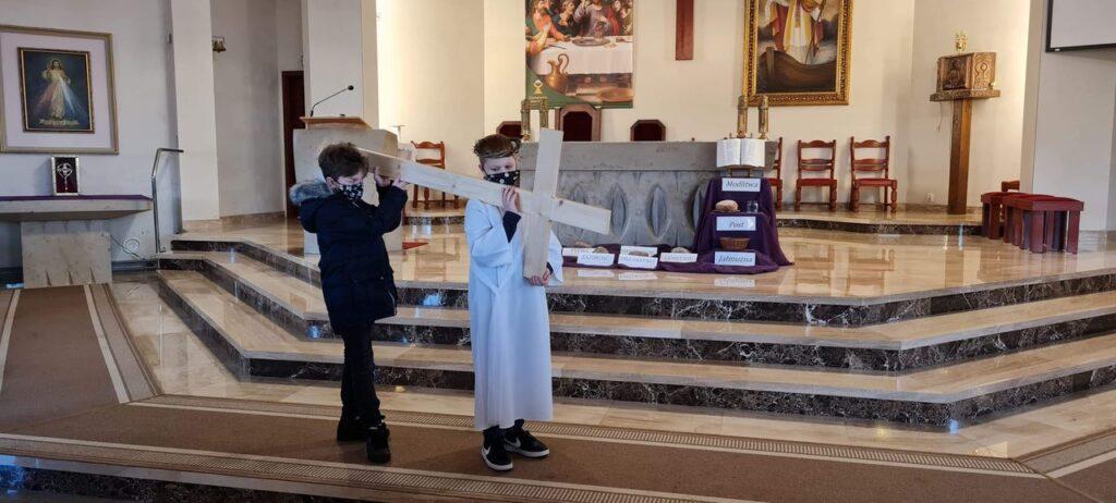 """Droga Krzyżowa w kościele św. Wojciecha. """"Na drodze Cię Jezu spotykam i Krzyża ciężkiego dotykam, więc pójdę za Tobą cichutko, ulżyć choć trochę Twym smutkom"""". Zdjęcia"""