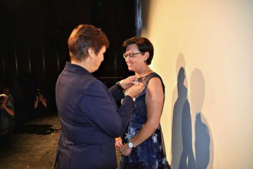 Pani Minister Halina Szymańska odznacza Medalem Stulecia Katarzynę Pechman